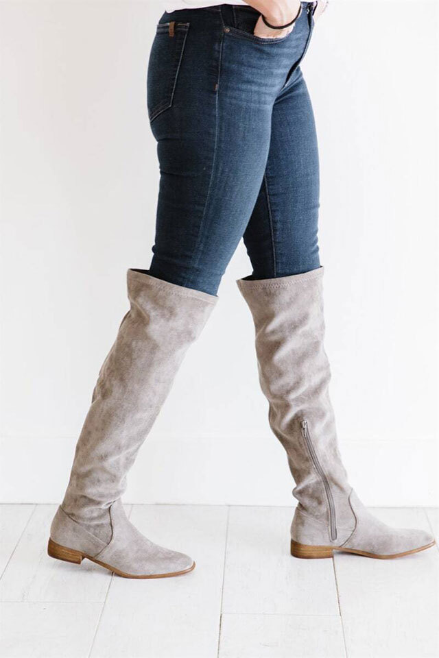 Knee-high boots in light taupe and faux suede.